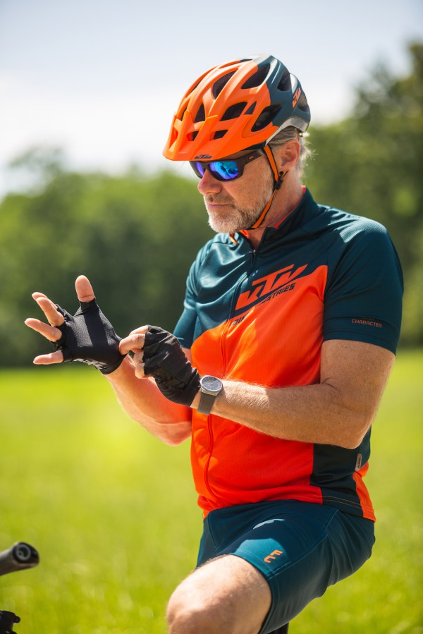 cyclist putting on his gloves ktm