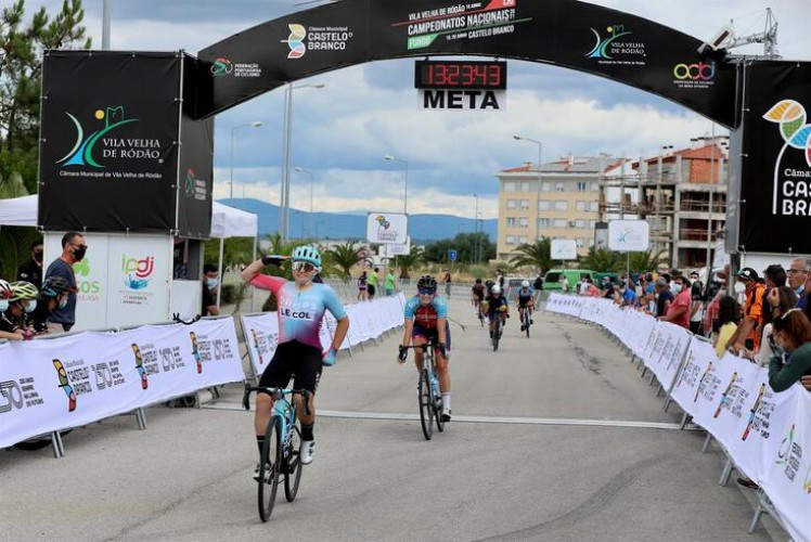 cyclist Maria Martins passing the finish line in Castelo Branco