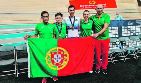 Portuguese cyclists with the flag of Portugal l