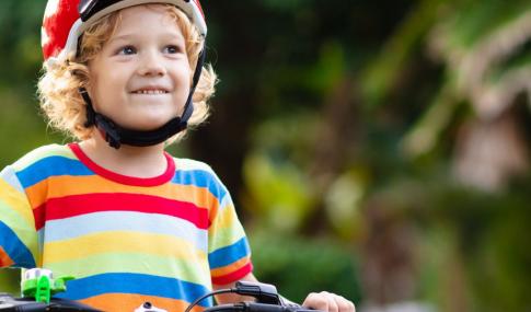 criança com bicicleta