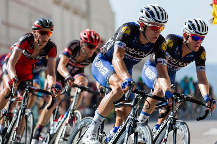 grupo de ciclistas numa prova