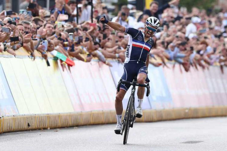 Julian Alaphilippe finalizing the cycling event