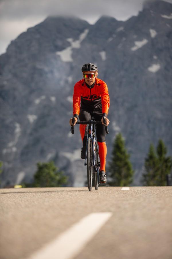 ciclista ktm a andar de bicicleta