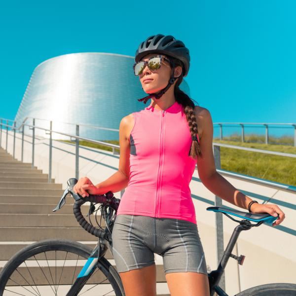 ciclista feminina com equipamento de verão