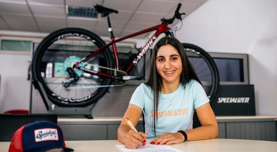 Raquel Queirós reaching the goal