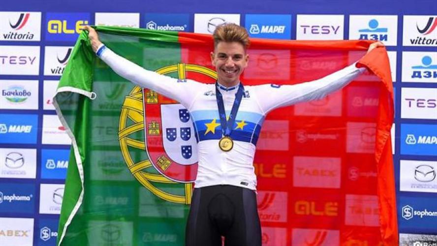 Rui Oliveira com a bandeira de Portugal